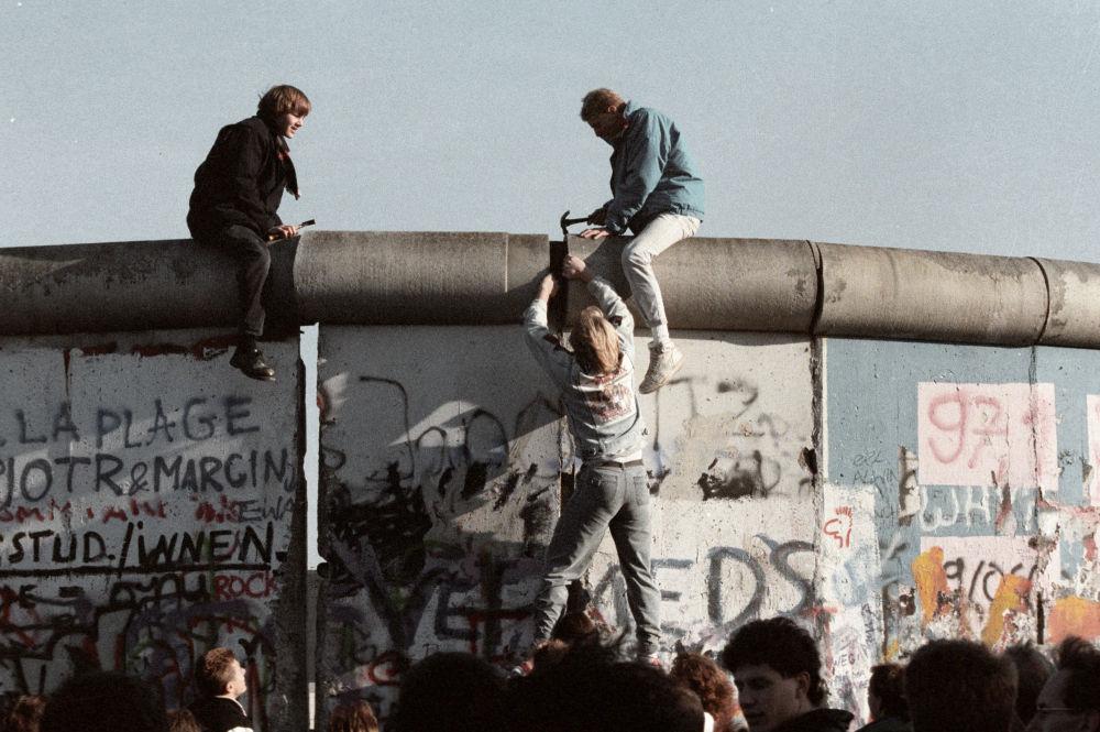 Moradores do Alemanha Oriental quebram o muro de Berlim