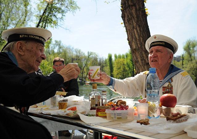 Veteranos da Segunda Guerra Mundial celebrando o Dia da Vitória no Parque Gorky de Moscou, em 09 de maio de 2013.