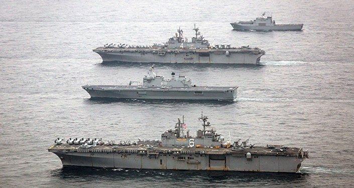Navios militares dos EUA, USS Bonhomme Richard (primeiro de baixo), e USS Boxer (segundo de cima),  participam de exercícios navais com grupo de pronta-resposta da Unidade Anfíbia da Coreia do Sul, em Ssang Yong, 8 de março de 2016