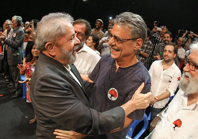 Lula participa de ato pela democracia com artistas e intelectuais, no Rio de Janeiro