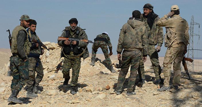 Soldados do Exército e milícia sírios perto de cidade de Al-Qaryatayn, Síria, março de 2016