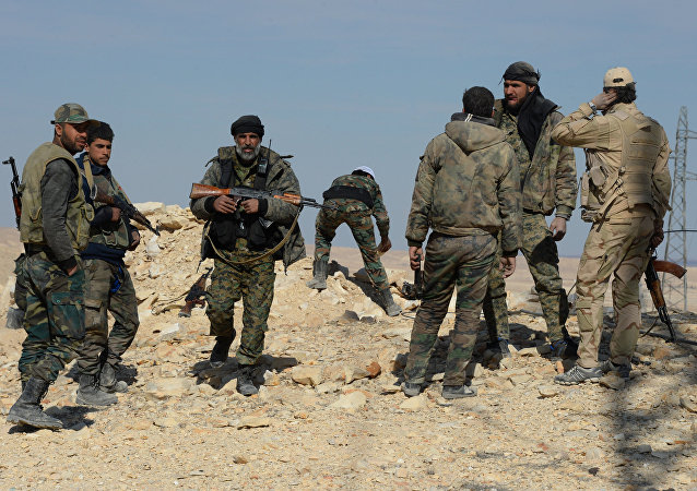 Soldados do Exército Sírio e de milícia leal a Damasco perto da cidade de Al-Qaryatayn, Síria, março de 2016