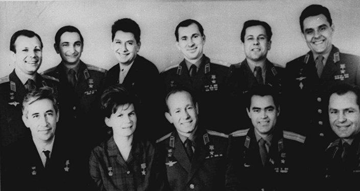 Onze cosmonautas da União Soviética em Moscou durante a cerimônia do Dia da cosmonáutica