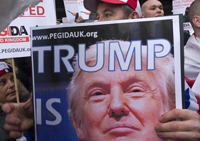 Cartaz com a imagem de Donald Trump