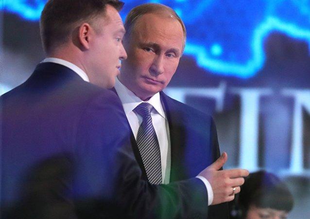 Vladimir Putin responde às perguntas dos russos na Linha Direta no estúdio no complexo Gostiny Dvor, no centro de Moscou, perto do Kremlin, Moscou, Rússia, 14 de abril de 2016