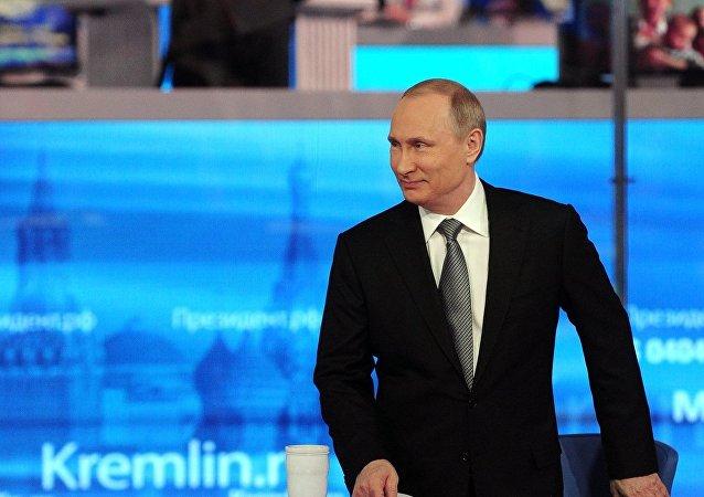 Vladimir Putin responde às perguntas dos russos no âmbito da Linha Direta no estúdio no complexo Gostiny Dvor, no centro de Moscou, perto do Kremlin, Moscou, Rússia, 14 de abril de 2016
