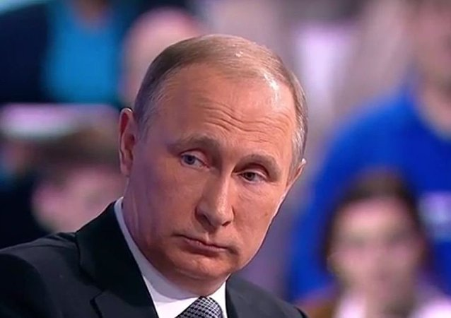 Vladimir Putin durante a Linha Direta de 14 de abril de 2016
