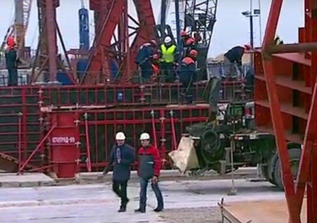 Equipe televisiva acompanha construção de ponte na ilha de Tuzla