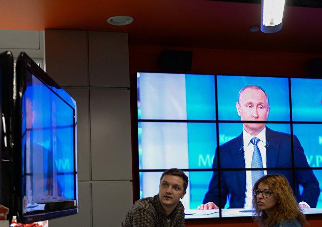 Transmissão da Linha Direta com o presidente russo Vladimir Putin, Moscou, Rússia, 14 de abril de 2016