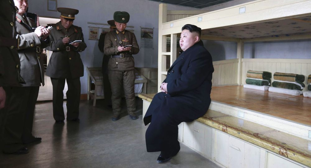 Líder norte-coreano Kim Jong-un inspecionando o Exército do país (arquivo)