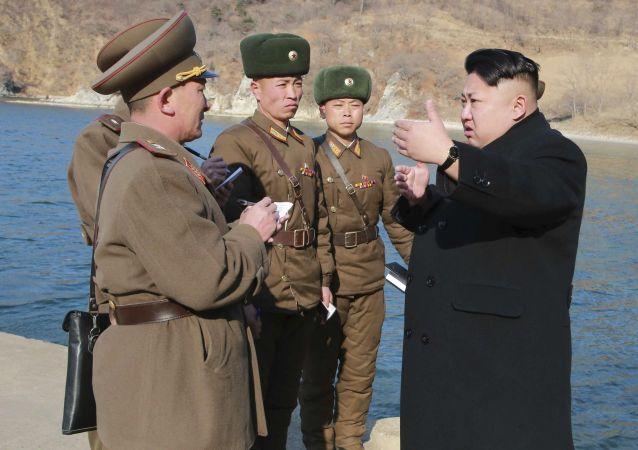 Líder norte-coreano Kim Jong-un durante a inspeção do Exército