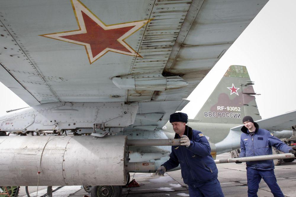 Soldado coloca mísseis ar-terra na caça Su-25