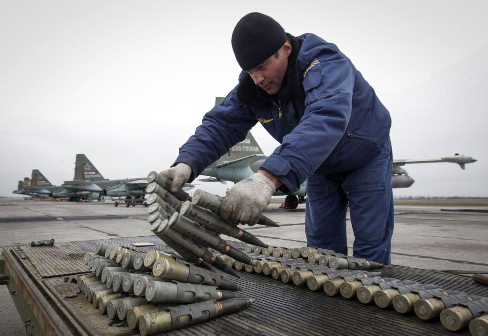 Soldado verifica munições durante exercícios na Rússia