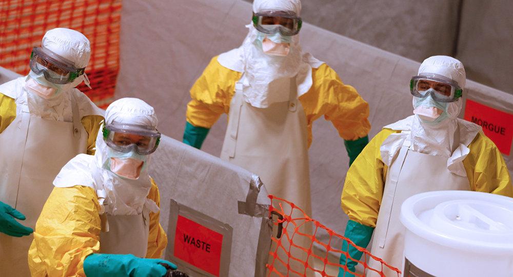 Médicos usando roupas de proteção