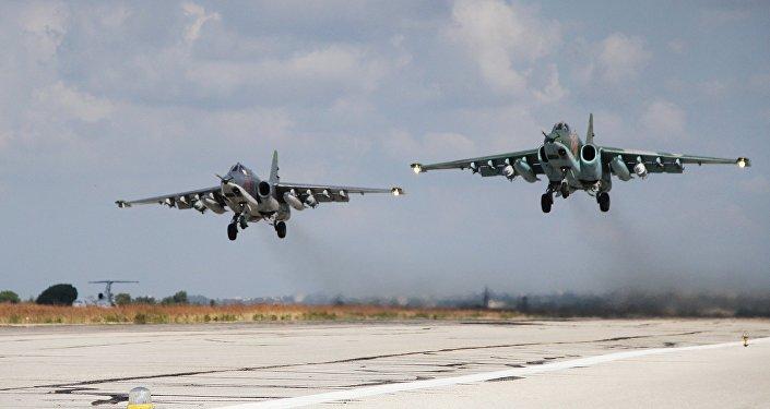 Aviões de attaque russos SU-25 decolando da base aérea militar na Síria
