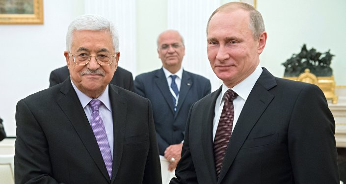 Presidente russo Vladimir Putin (direita) e presidente da ANP, Mahmoud Abbas, em encontro no Kremlin