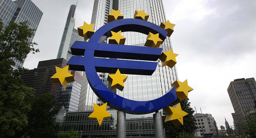 Logo do euro em frente da antiga sede do Banco Central Europeu, Frankfurt, Alemanha