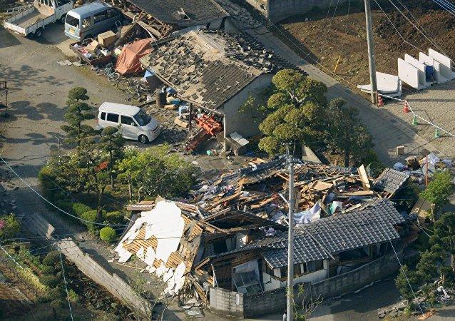 Destruição provocada por terremotos no Japão em abril de 2016
