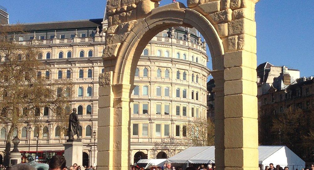 Acro de Palmira recriado em Londres.