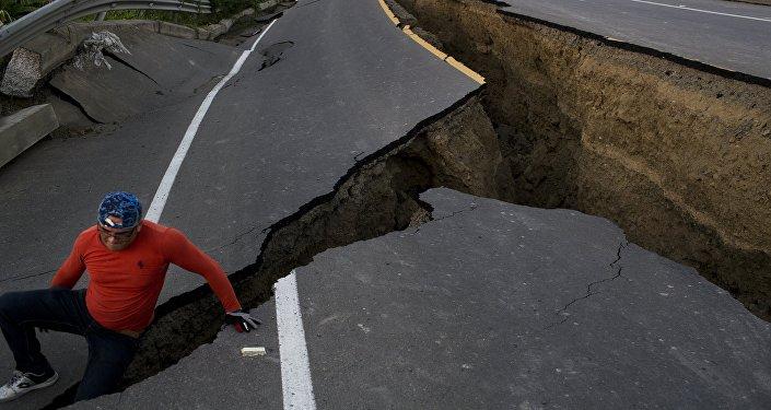 Um homem brinca em uma estrada afetada pelo sismo no Equador, em 19 de abril de 2016