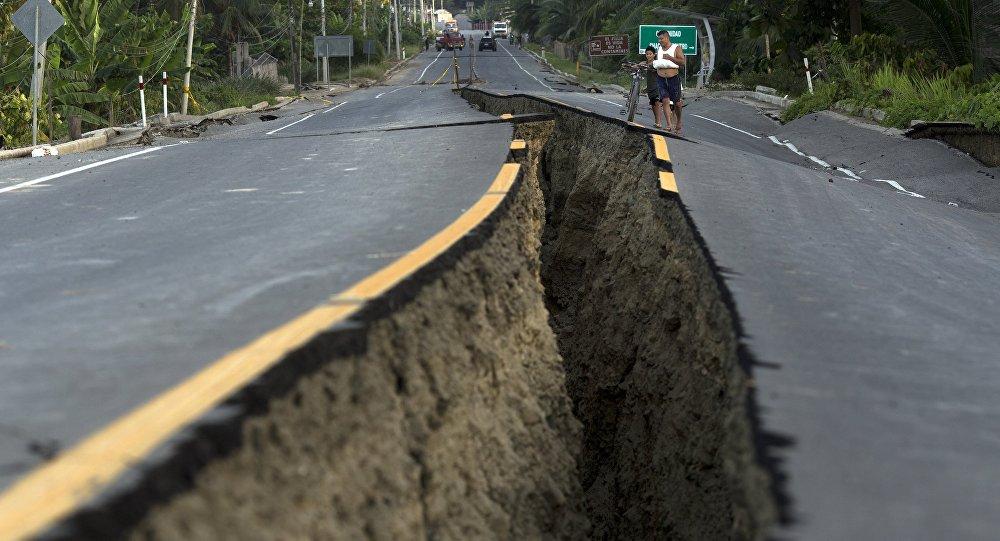 Estrada danificada pelo terremoto na região de Chacras, no Equador