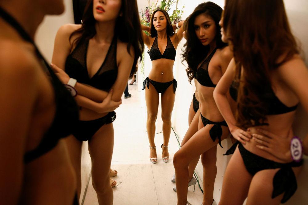 Modelos antes de apresentação no concurso Miss Tiffany's Universe 2016 em Bangkok, Tailândia, 20 de abril de 2016