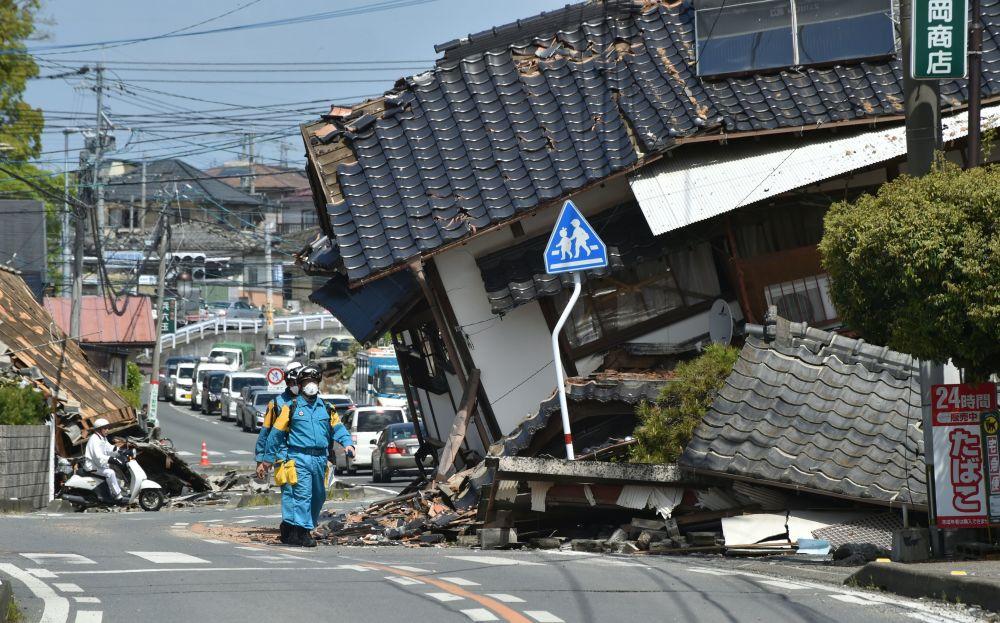 Socorristas japoneses procurando sobreviventes após o terramoto em Kumamoto