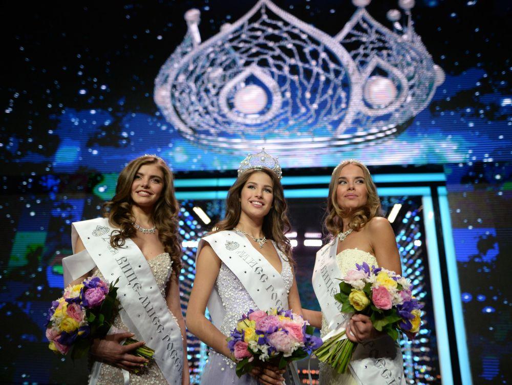 Yulia Khoroshavina, segunda dama de honor da Miss Rússia 2016, Yana Dobrovolskaya, Miss Rússia 2016 e Yuliana Korolkova, primeira dama de honor, na final do concurso Miss Rússia 2016