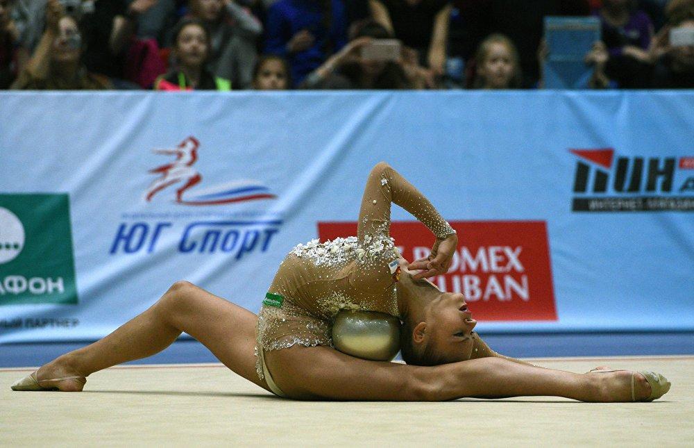 Alexandra Soldatova realiza exercícios com a bola no Campeonato da Rússia de Ginástica Rítmica em Sochi