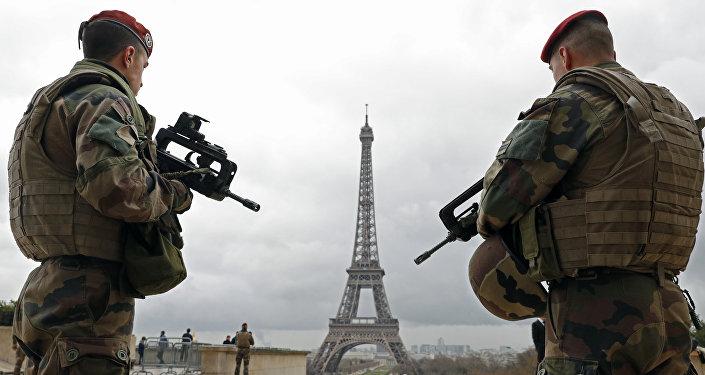 Paraquedistas do exército francês patrulham a área perto da Torre Eiffel em Paris (Arquivo)