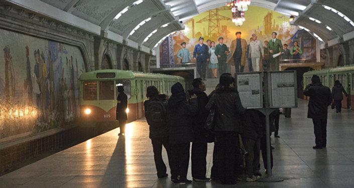 Passageiros norte-coreanos do metrô de Pyongyang (Arquivo)