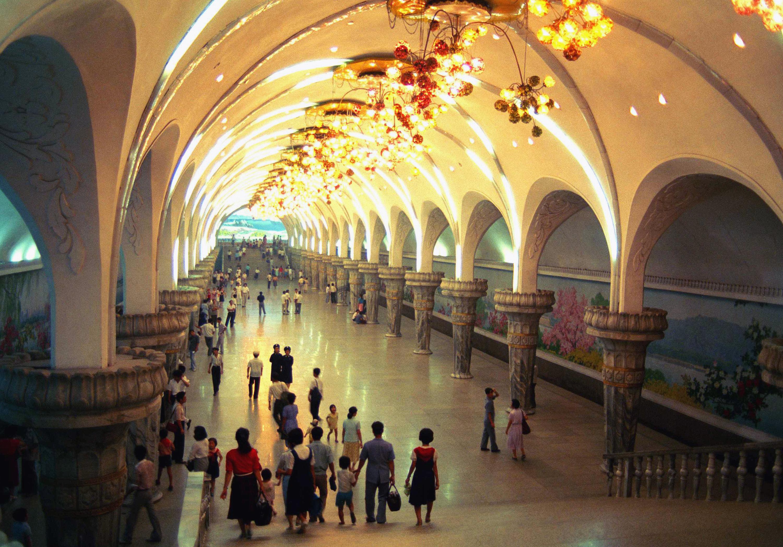 Os viajantes esperam por trens no metrô de Pyongyang, a capital norte-coreana