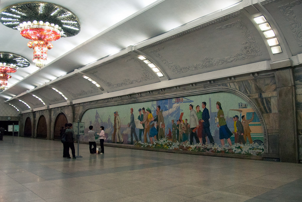 Pintura mural de mosaico no metrô de Poyngyang.