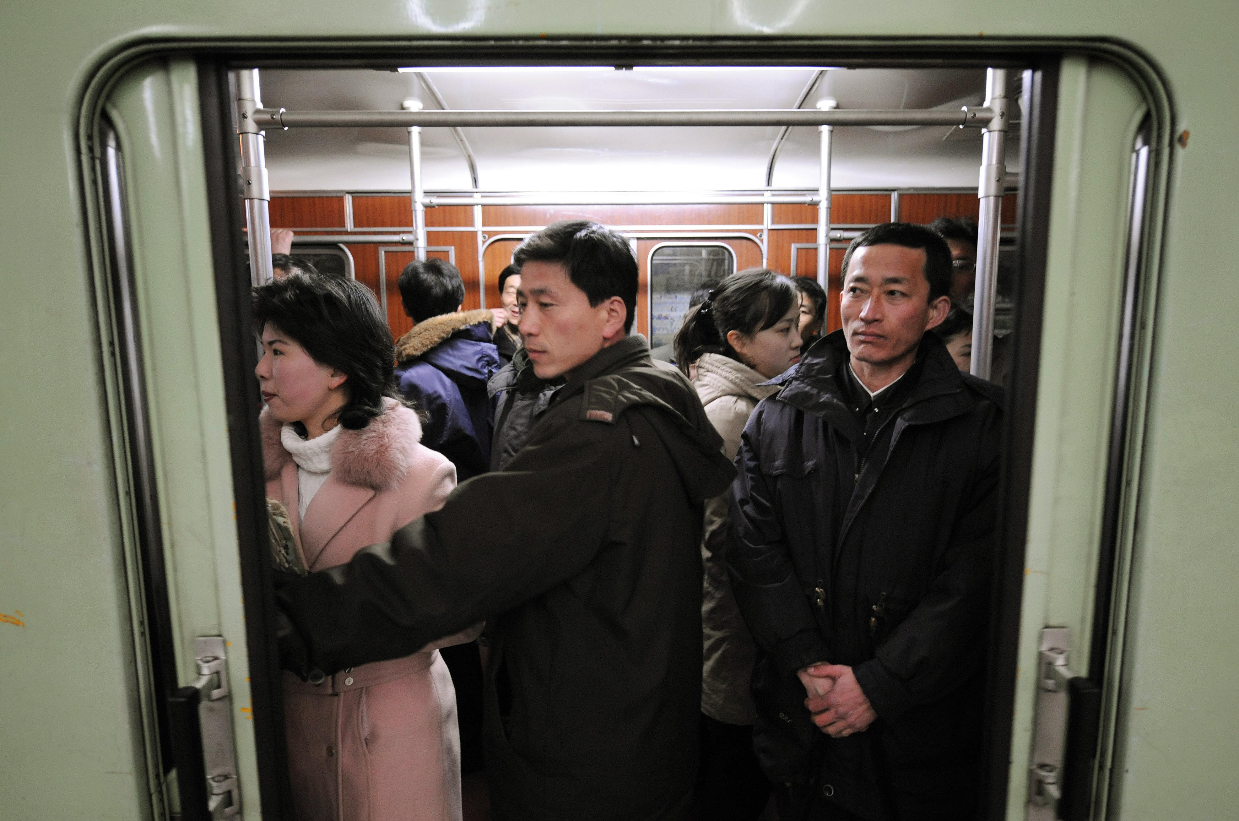 Os passageiros norte-coreanos esperam para partir numa estação de metrô na capital norte-coreana, Pyongyang (Arquivo)