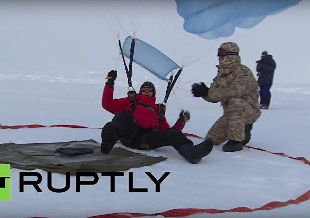 Primeiros! Paraquedistas russos realizam aterragem precisa no Polo Norte