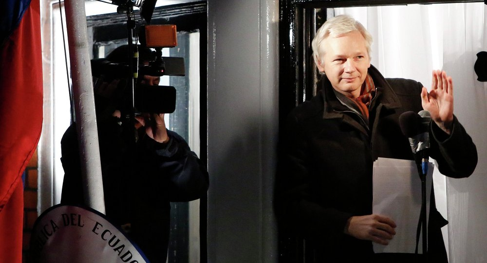 Fundador do Wikileaks, Julian Assange, na varanda da Embaixada do Equador. 20 de dezembro, 2012.
