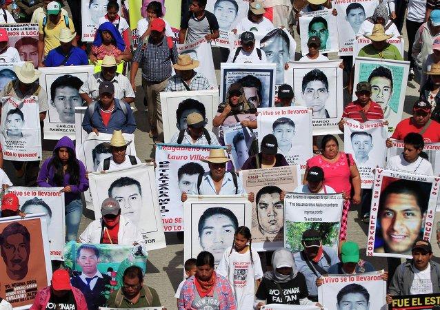 Parentes exibem fotos dos 43 estudantes desaparecidos no México