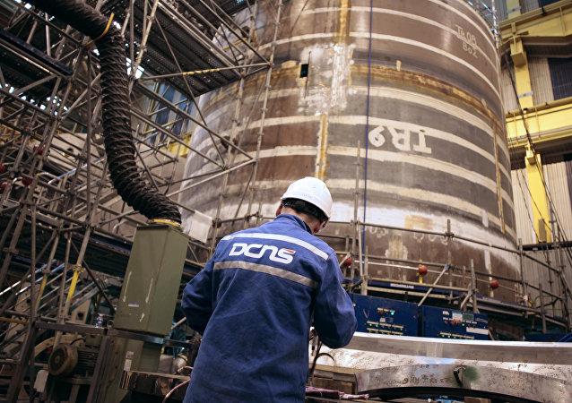 Técnico trabalha na construção do submarino nuclear SNA Barracuda em uma fábrica do grupo industrial francês DCNS