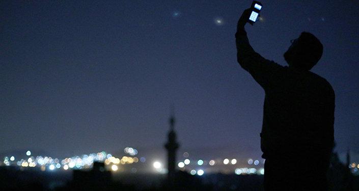 Um homem com um celular em Douma (Síria). Foto de arquivo de 26 de outubro, 2014.