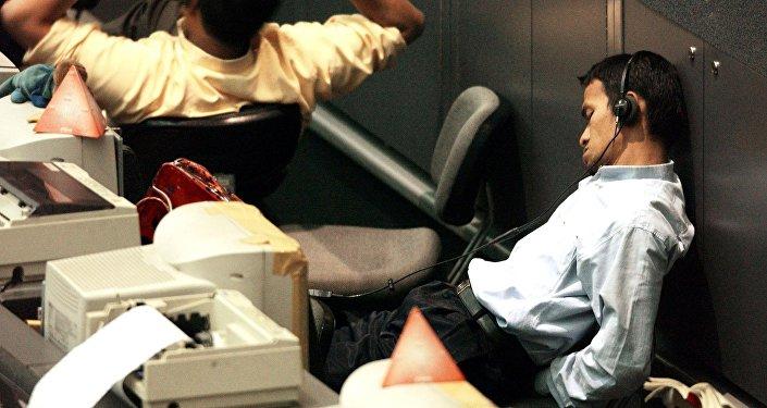 Funcionário da bolsa da Indonésia dorme no trabalho
