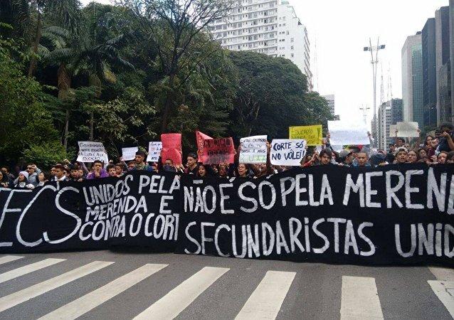 Estudantes protestam contra desvios na merenda em São Paulo