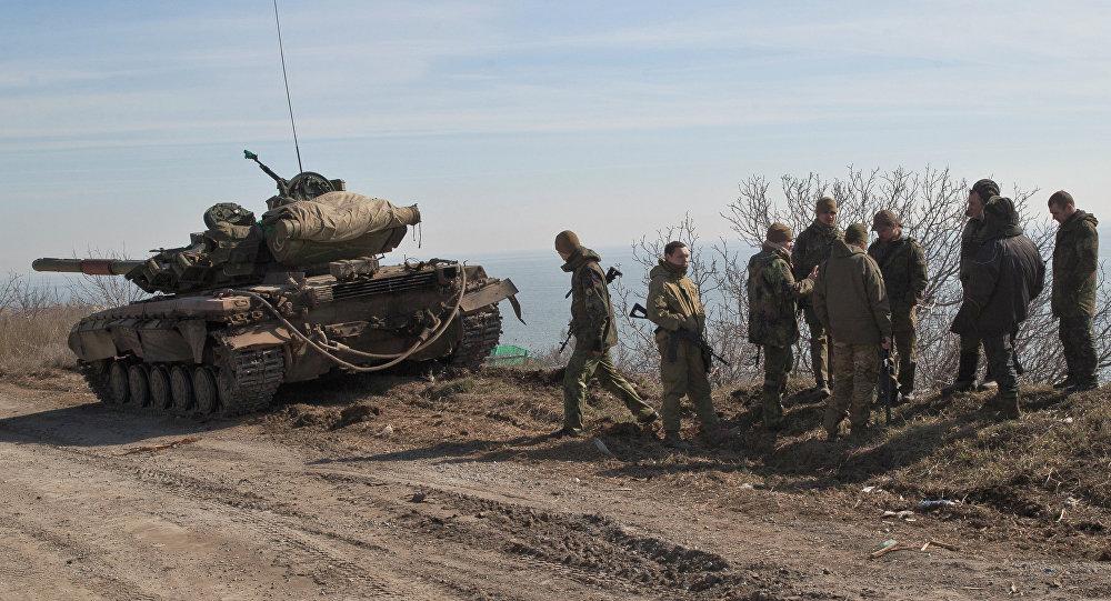 Soldados ucranianos perto de um tanque nas posições perto da cidade de Mariupol, em Donbass