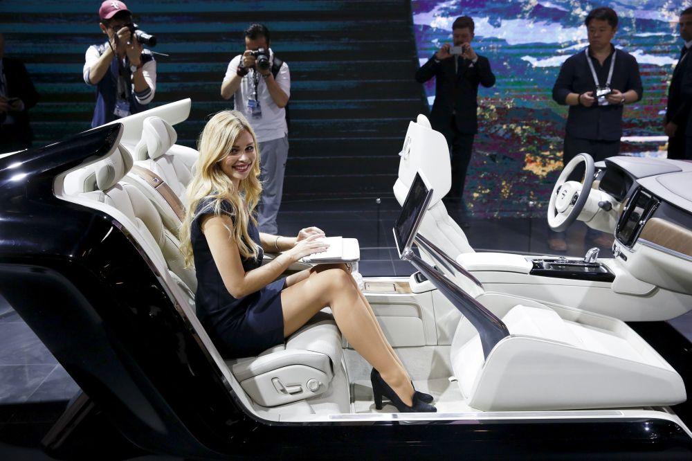 Uma menina usa um computador de bordo durante uma demonstração do interior do novo carro S90 de Volvo durante o Salão de Automóveis 2016 na China em Pequim, 25 de abril