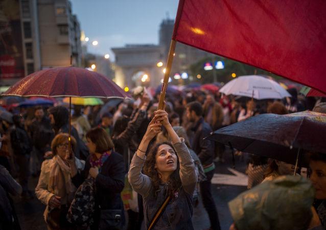 Uma mulher agita uma bandeira durante um protesto perto do edifício do Parlamento em Skopje (Macedônia), no dia 25 de abril de 2016