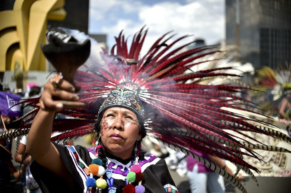 Uma mulher com traje nacional acende incensos durante a mobilização nacional contra violência sexista na Cidade do México no dia 24 de abril de 2016
