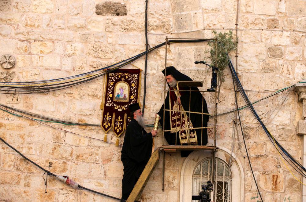 Membros do clero ortodoxo grego na véspera da Páscoa na cidade antiga de Jerusalém