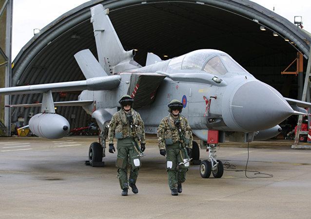 Pilotos em frente a um caça Tornado da RAF, a Força Aérea Real britânica, em Norfolk