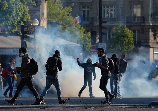 Manifestantes e fotógrafos na Place de la Nacion, em Paris