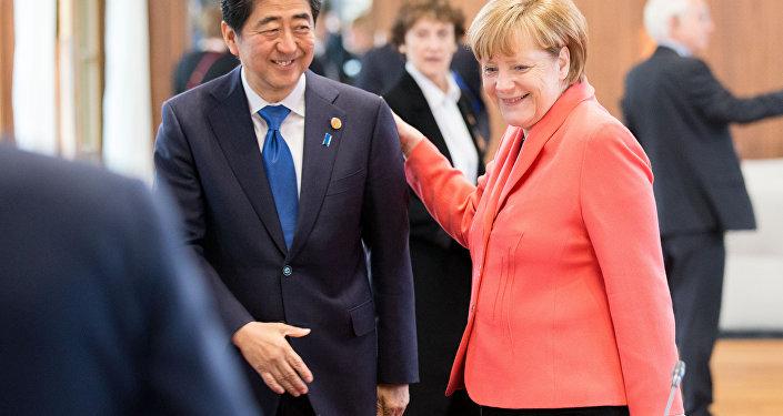 A chanceler alemã Angela Merkel e o premiê japonês Shinzo Abe