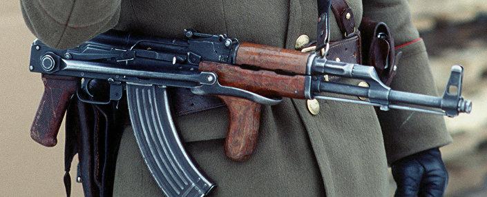 Soldado romeno com fuzil de assalto PM md. 63/65 em 1989